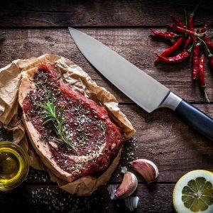 Biefstuk op een houten tafel