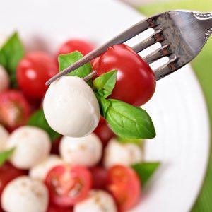 Salade met mozzarella cherry tomaten en basilicum bladeren